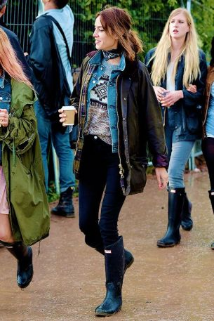 June 26, 2015 Alexa Chung seen at Glastonbury 2015 in Somerset, UK. Alexa was keeping warm in a green coat over a denim jacket and grey print sweater, along with black jeans and black Hunter Wellies. Non-Exclusive WORLDWIDE RIGHTS Pictures by : FameFlynet UK © 2015 Tel : +44 (0)20 3551 5049 Email : info@fameflynet.uk.com